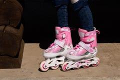 Menina em patins de rolo O conceito de um estilo de vida saudável imagens de stock