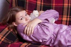A menina em pijamas roxos Fotografia de Stock Royalty Free