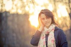 Menina em retroiluminado no por do sol Imagens de Stock