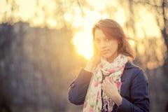 Menina em retroiluminado no por do sol Imagem de Stock