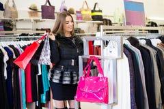 Menina em shoping o mol imagens de stock