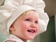 Menina em sorrisos do hubcap Foto de Stock