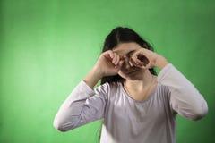 A menina em sua camiseta quer dormir chave isolada do croma Imagem de Stock