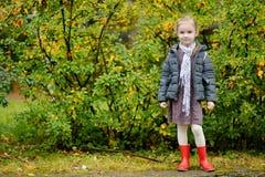 Menina em sua maneira à escola no dia do outono Imagens de Stock Royalty Free