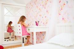 Menina em sua sala fotografia de stock royalty free