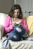 Menina em texting cor-de-rosa Fotografia de Stock Royalty Free