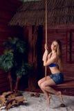 Menina em um balanço na praia Fotografia de Stock Royalty Free