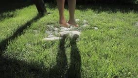 Menina em um balanço, somente nos pés e na sombra video estoque