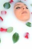 Menina em um banheiro com flores foto de stock royalty free