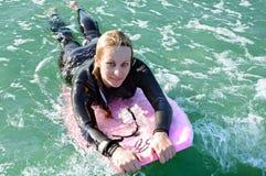 Menina em um boogieboard Fotografia de Stock Royalty Free