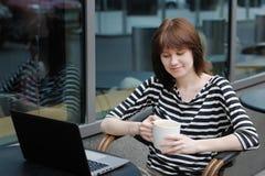 Menina em um café exterior Fotos de Stock Royalty Free