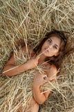 Menina em um campo foto de stock
