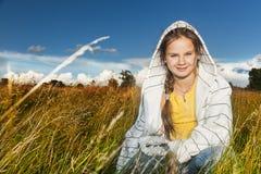 Menina em um campo Fotos de Stock Royalty Free