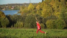 Menina em um campo com um papagaio video estoque
