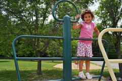 Menina em um campo de jogos Foto de Stock Royalty Free