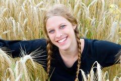 Menina em um campo de trigo Fotos de Stock