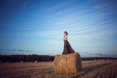Menina em um campo em um vestido do russo fotos de stock royalty free
