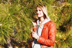 A menina em um casaco de cabedal Imagens de Stock