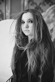 A menina em um casaco de cabedal preto uma foto preto e branco imagem de stock