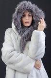 Menina em um casaco de pele morno Fotografia de Stock