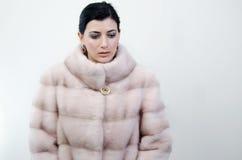 Menina em um casaco de pele morno Foto de Stock