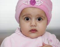 Menina em um chapéu cor-de-rosa Fotografia de Stock Royalty Free