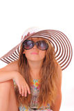 Menina em um chapéu e com óculos de sol fotos de stock royalty free