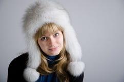 Menina em um chapéu forrado a pele Fotografia de Stock Royalty Free