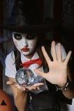 Menina em um chapéu mágico que guarda uma bola imagens de stock