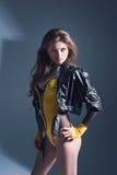 Menina em um corpo amarelo com um decote profundo Imagens de Stock