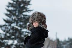 Menina em um dia de inverno do chapéu forrado a pele Imagem de Stock
