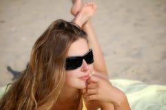 Menina em um dia de verão desobstruído Foto de Stock