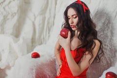 Menina em um escarlate do vestido Imagens de Stock Royalty Free