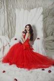 Menina em um escarlate do vestido Fotografia de Stock Royalty Free