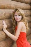 Menina em um fundo uma parede de madeira Foto de Stock