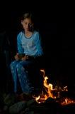 Menina em um incêndio do acampamento Foto de Stock