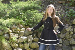 Menina em um jardim da mola Foto de Stock Royalty Free