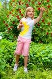 A menina em um jardim surpreendeu algo Fotos de Stock Royalty Free