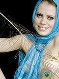 Menina em um lenço e com uma pena em uma mão Foto de Stock
