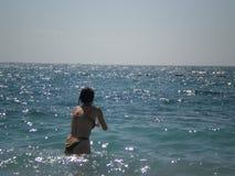 Menina em um mar Fotos de Stock