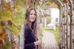 Menina em um parque Fotos de Stock Royalty Free