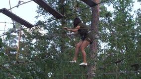 Menina em um parque da corda vídeos de arquivo