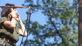 Menina em um parque da corda filme