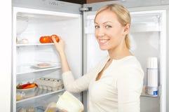 Menina em um refrigerador Foto de Stock