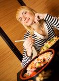 Menina em um restaurante fotos de stock royalty free
