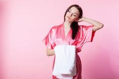 Menina em um revestimento cor-de-rosa com toalha Fotografia de Stock Royalty Free