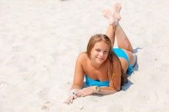 Menina em um roupa de banho na praia Fotos de Stock