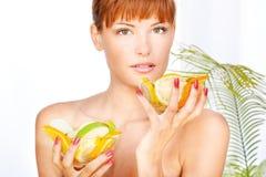 Menina em um salão de beleza do wellness Imagem de Stock