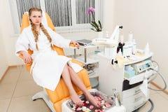 Menina em um salão de beleza moderno fotografia de stock royalty free