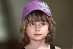 A menina em um tampão Imagens de Stock